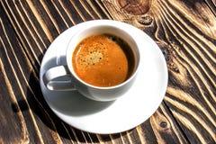 咖啡在老木桌上的 免版税库存图片
