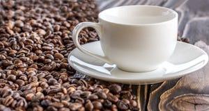 咖啡在老木桌上的 免版税库存照片