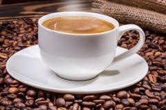 咖啡在老木桌上的 库存图片