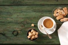 咖啡在老破旧的木头的 库存图片