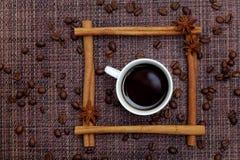 咖啡在肉桂条框架的 库存图片