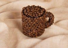 咖啡在背景粗麻布的豆 免版税图库摄影