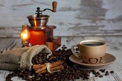 咖啡在葡萄酒白色板条的 库存图片