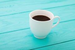 咖啡在蓝色木桌上的 顶视图 嘲笑 热的饮料 复制空间 选择聚焦 免版税库存图片