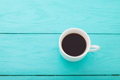 咖啡在蓝色木桌上的 顶视图 嘲笑 热的饮料 木背景 图库摄影