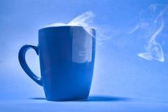 咖啡在蓝色背景的 库存图片