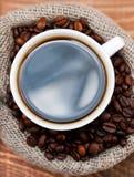 咖啡在袋子的五谷 免版税库存图片