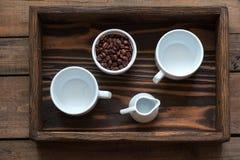 咖啡在黑暗的木背景的 图库摄影