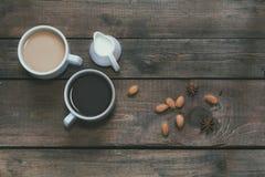 咖啡在黑暗的木背景的 库存照片