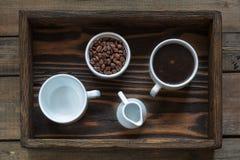 咖啡在黑暗的木背景的 免版税库存照片