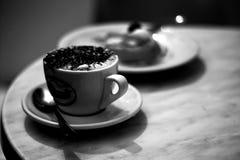 咖啡在黑白的 免版税库存图片