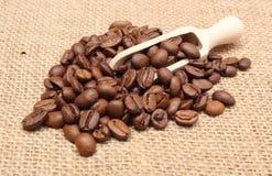 咖啡堆在木匙子的 库存图片