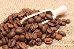 咖啡堆在木匙子的 免版税图库摄影