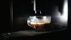 咖啡壶倒咖啡入杯子 特写镜头 图库摄影