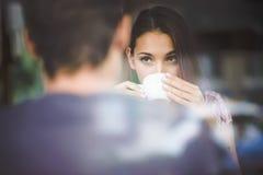 咖啡夫妇饮用的年轻人 免版税库存图片