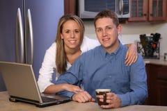 咖啡夫妇年轻人 免版税库存图片