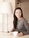 咖啡女性藏品杯子 免版税图库摄影