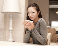咖啡女性藏品杯子 免版税库存图片