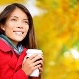 咖啡妇女饮用的咖啡外面在秋天 库存图片
