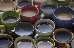 咖啡定期的许多咖啡用在木桌g上的不同的杯子 库存图片