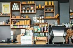 咖啡店出纳员 免版税库存照片