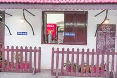 咖啡店在pondicherry的老法国殖民地家设置了 图库摄影