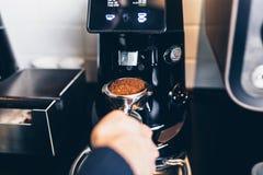 咖啡店工作和内部 免版税库存图片