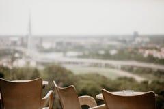 咖啡店桌的细节有城市视图 库存照片