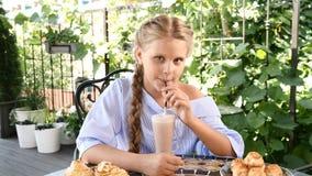 咖啡店概念 出去吃饭年轻逗人喜爱的女孩画象街道咖啡馆的 她在takeing饮者以后微笑 影视素材