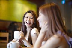 咖啡店的年轻笑的妇女 库存照片