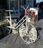 咖啡店,旅馆,餐馆白色自行车的创造性的装饰开花 库存图片