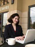 咖啡店wifi膝上型计算机2 免版税库存照片