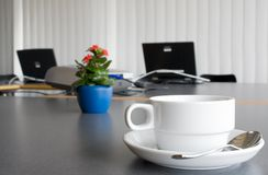 咖啡开花膝上型计算机 库存照片