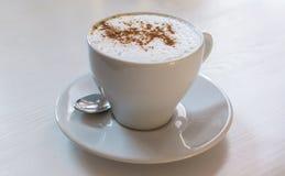 咖啡或热奶咖啡在明亮和柔和的颜色 免版税库存照片