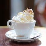 咖啡或热巧克力与打好的奶油 免版税图库摄影