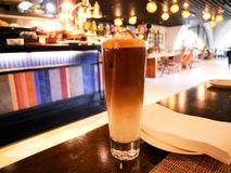 咖啡或牛奶咖啡在Blurred背景 库存照片