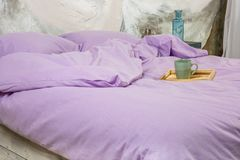 咖啡或茶在一个盘子在床上 心爱的浪漫早餐 库存照片