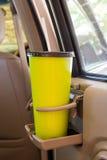 咖啡或茶抢劫在车控制台安置的绿色在现代豪华汽车 库存图片