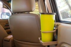 咖啡或茶抢劫在车控制台安置的绿色在现代豪华汽车 免版税图库摄影