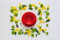 咖啡或茶的杯和纸片与样式的从花的瓣 图库摄影