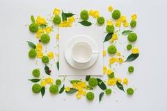 咖啡或茶的杯和纸片与样式的从花的瓣 库存照片