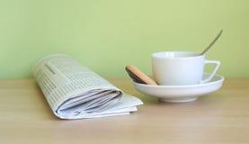 咖啡报纸 免版税库存照片