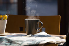 咖啡报纸 免版税库存图片