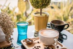 咖啡拿铁牛奶奶油花木匙子咖啡豆背景木头 库存照片