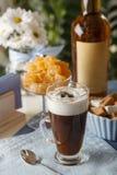 咖啡拿铁用橘子果酱和利口酒 库存照片