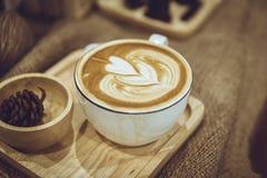 咖啡拿铁艺术在咖啡馆装饰的木板材服务 免版税库存照片