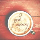 咖啡拿铁,在一张桃红色木桌上的热奶咖啡 措辞好 免版税库存图片