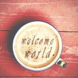 咖啡拿铁,在一张桃红色木桌上的热奶咖啡 措辞welc 库存照片
