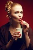 咖啡断裂 迷人的电影明星饮用的拿铁画象  库存图片