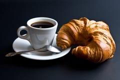 咖啡新月形面包杯子匙子白色 免版税库存照片